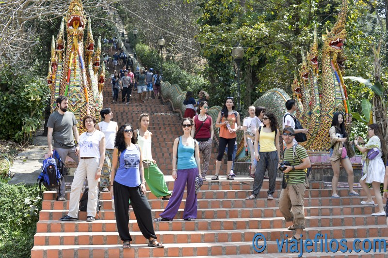 Las escalinatas de Doi Suthep, el famoso templo de la colina de Chiang Mai, imprescindible visita en Tailandia