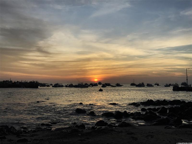 Atardecer en la isla de San Cristóbal antes de un crucero de último minuto por las Galápagos