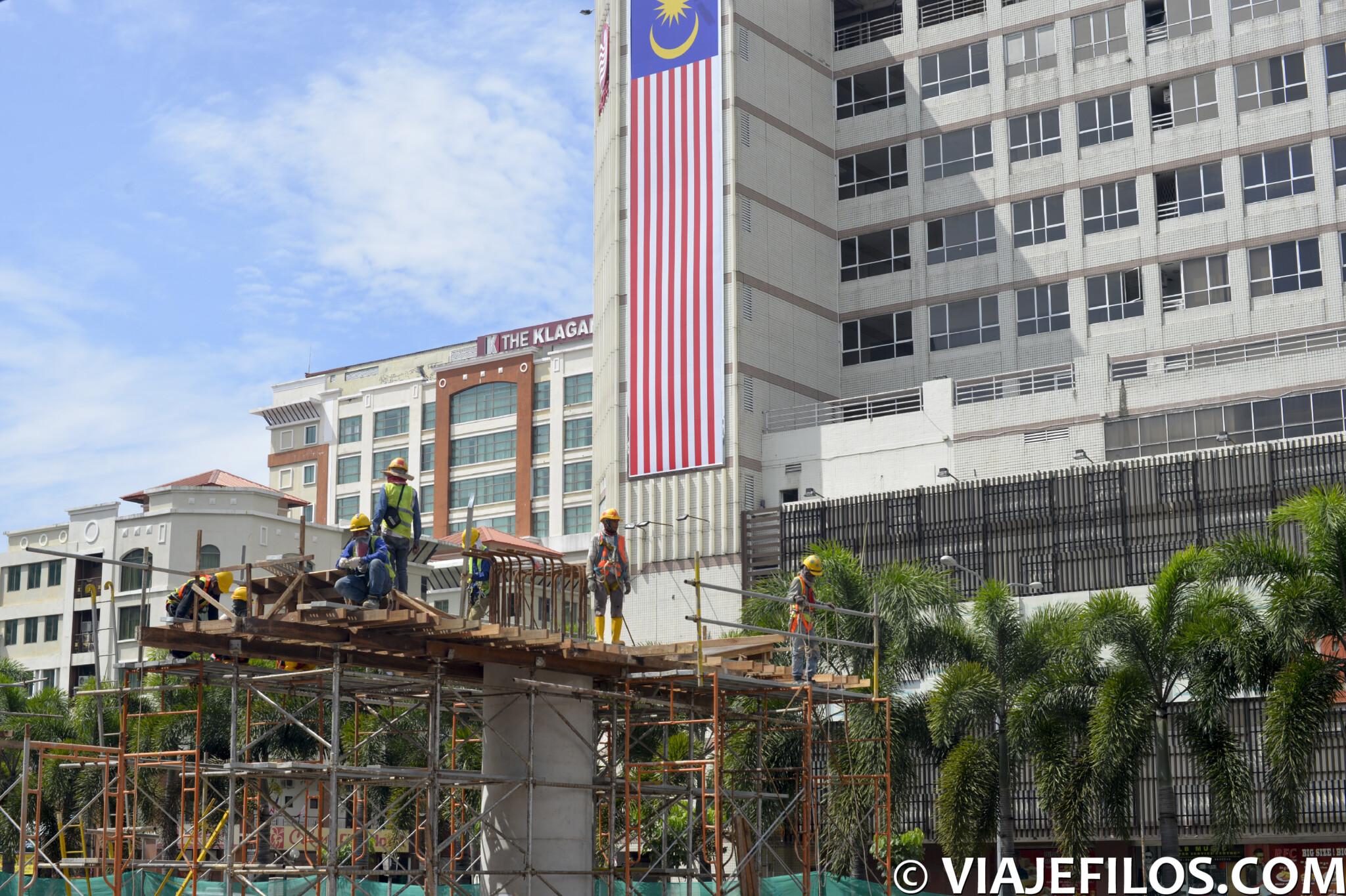La modernidad es más que evidente en la ciudad de Kota Kinabalu y las infraestructuras crecen con velocidad en la ciudad más avanzada de Borneo. Aquí te contamos que ver y visitar en Kota Kinabalu