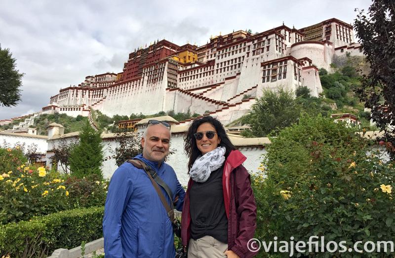 Una de nuestras fotos más preciadas, la llegada al Palacio de Potala en Lhasa
