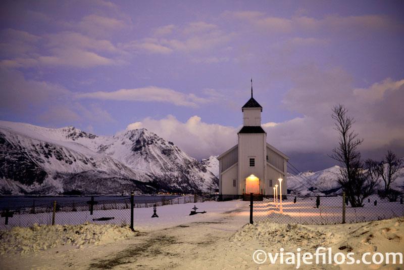 La iglesia de Gimsoy, al norte de la isla, una escala imprescindible en Lofoten