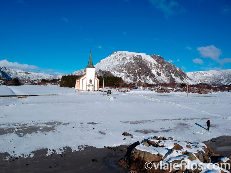 La playa y la iglesia de Valberg, una escala imprescindible entre lo mejor de Lofoten