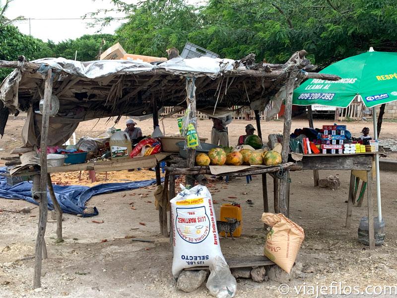 Las tiendas de la carretera en Dominicana. El sur de la isla