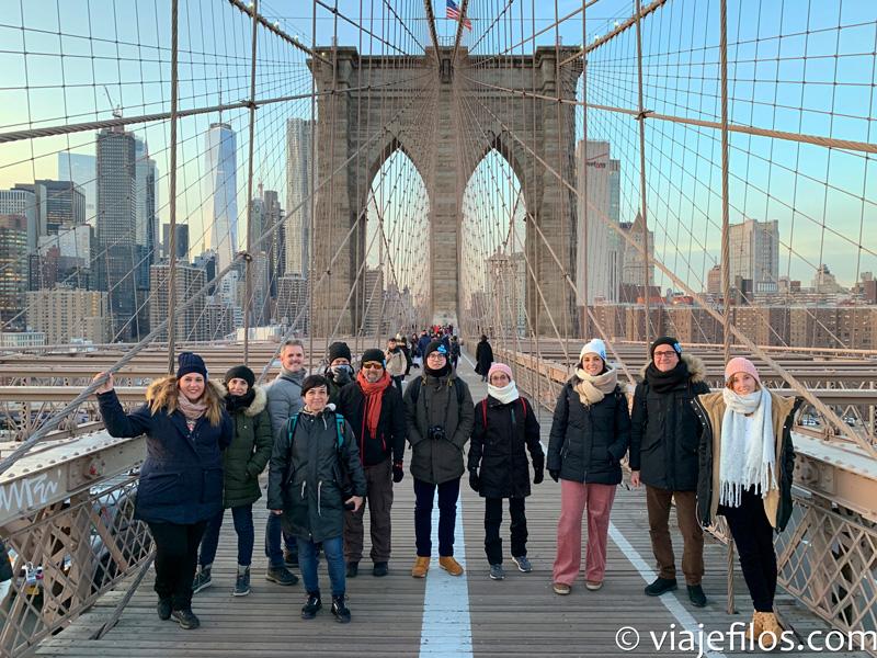 Cruzar el puente de Brooklyn al atardecer desde DUMBO