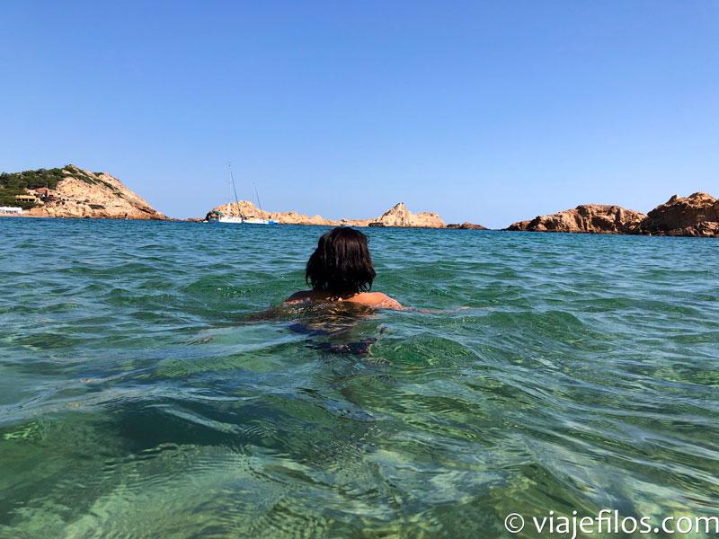 El baño en Cala Pregonda de Menorca