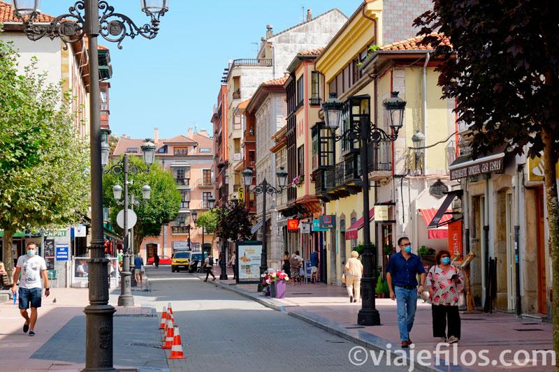 Las animadas calles del centro de Ribadesella