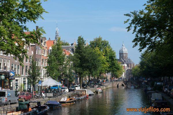 Amsterdam es la ciudad por excelencia de los canales y las bicicletas